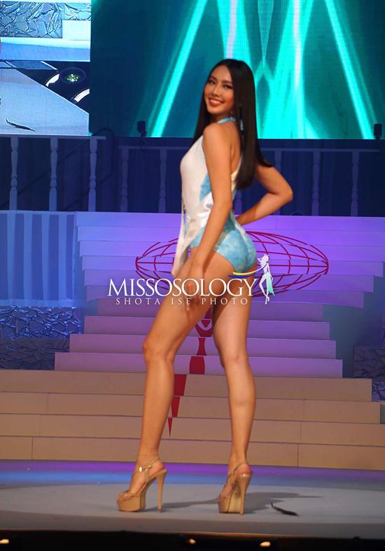 Trong phần thi Áo tắm, mỗi thí sinh được lựa chọn trang phục kiểu cách riêng phù hợp với hình thể. Người đẹp Việt Nam mặc đồ bơi liền mảnh xanh dương, khoe vóc dáng cân đối.