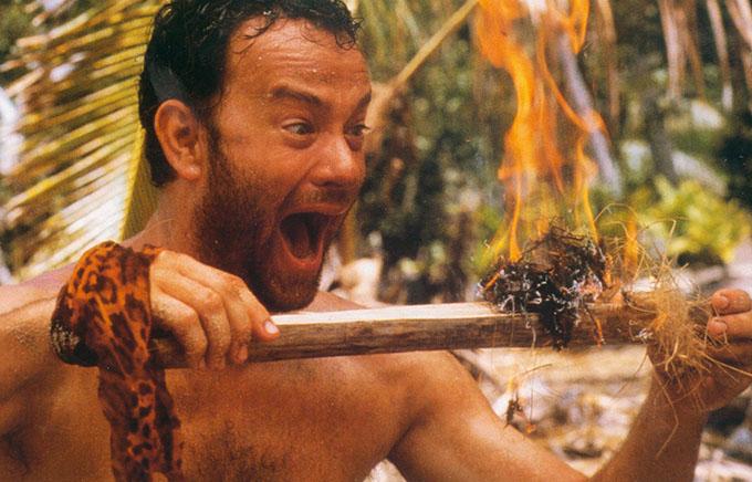 Lúc tham gia phim Cast Away năm 2000, Tom Hanks bị đứt chân. Nam diễn viên chủ quan cho rằng vết thương không đáng ngại, cho tới khi nó bắt đầu sưng tấy. Khi ông tới bệnh viện, bác sĩ nói chỉ khoảng vài giờ nữa, ông có thể bị nhiêm trùng máu.