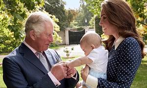 Hoàng tử Louis 5 tháng tuổi nắm chặt tay ông nội Charles