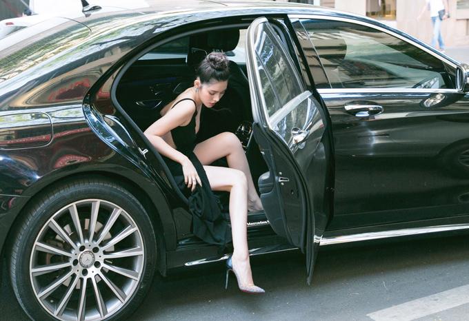 Jolie Nguyễn được đưa đón bằng xế hộp hạng sang. Cô là thành viên hội Con nhà giàu Việt Nam nên có điều kiện đầu tư, chăm chút trang phục, phụ kiện kỹ lưỡng mỗi lần xuất hiện trước công chúng.