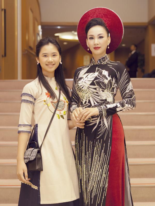 Con gái của Paris Vũ là bé Hồng Uyên mới 12 tuổi nhưng đã lớn bổng, ra dáng thiếu nữ. Cô bé sang Nhật cổ vũ mẹ diễn áo dài.