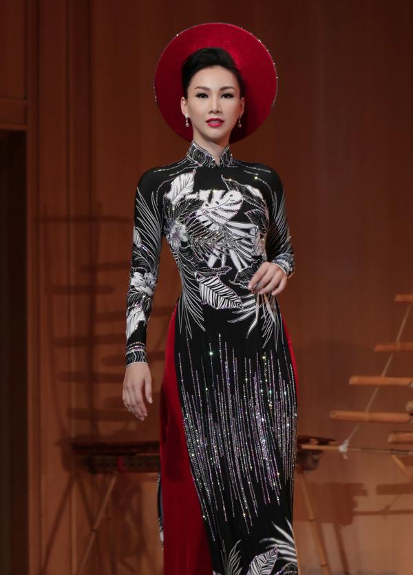 Paris Vũ từng là người mẫu trên sàn diễn TP HCM nhiều năm trước. Cô vẫn gây ấn tượng với những bước sải chuyên nghiệp và thần thái cuốn hút khi trình diễn tại xứ phù tang.