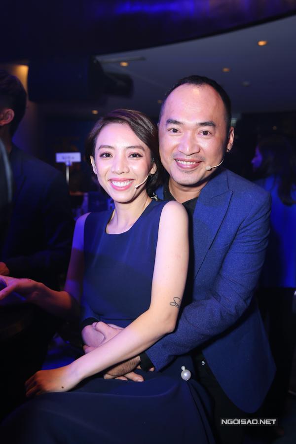 Diễn viên Tiến Luật ôm chặt bà xã Thu Trang trước khi lên võ đài.
