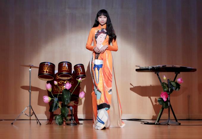 Hoa hậu Hoàn vũ nhí 2018 Ngọc Lan Vy diện áo dài họa tiết thiếu nữ Nhật Bản của nhà thiết kế Nhật Dũng, trình diễn tự tin.