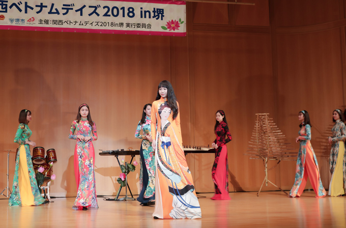 Dàn mẫu với trang phục đầy màu sắc biểu diễn trong chương trình Giao lưu Văn hóa Việt - Nhật.
