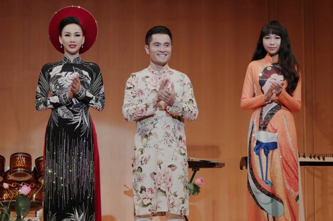Tác giả sưu tập - nhà thiết kế Nhật Dũng - cùng hai vedette Paris Vũ và Ngọc Lan Vy ra chào khán giả sau khi kết màn.