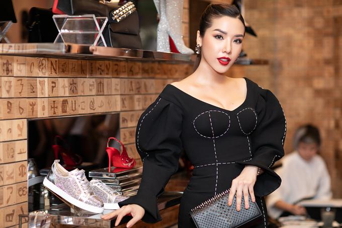 Á hậu Biển 2016 Khánh Phương cũng là khách mời trong buổi ra mắt một mẫu giày hiệu mới ở TP HCM, tối 9/11.