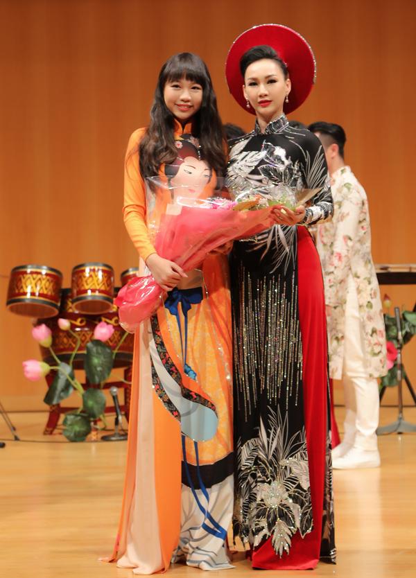 Hoa hậu Hoàn vũ nhí 2018 chụp ảnh kỷ niệm cùng Hoa hậu Doanh nhân Toàn năng châu Á 2018. Ngọc Lan Vy gây ấn tượng với chiều cao 1,72 m, dù mới 13 tuổi.