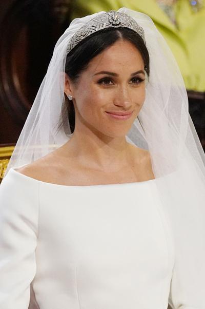 Meghan phải đội vương miện mà Nữ hoàng chọn dù cô không thích nó. Ảnh: AFP.
