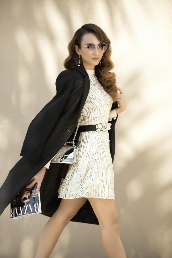 Bà mẹ một con cũng cập nhật mẫu túi ánh bạc thời thượng để chăm chút cho phong cách thời trang cá nhân.