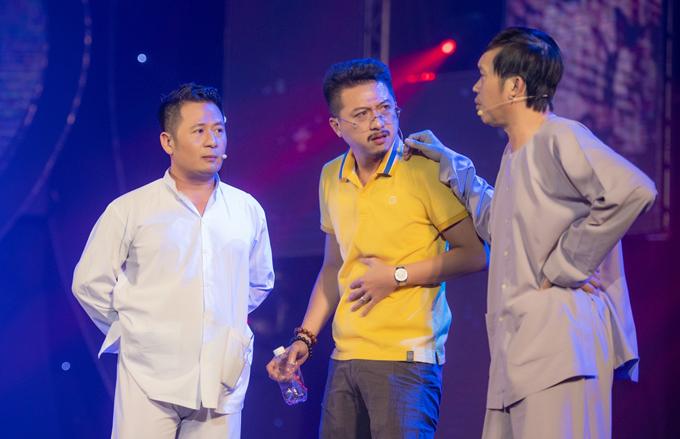 Không chỉ hát, anh còn thể hiện khả năng diễn xuất khi tung hứng với Hứa Minh Đạt và danh hài Hoài Linh trong một tiểu phầm hài.
