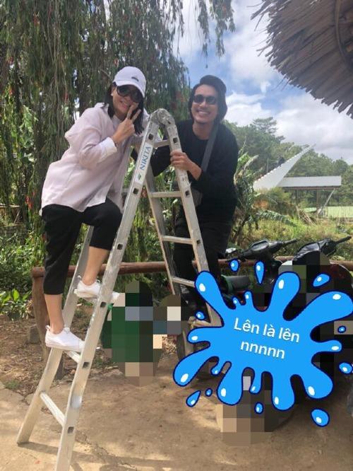 Hai vợ chồng dùng thang trong xây dựng để ghi loại khoảnh khắc hài hước.