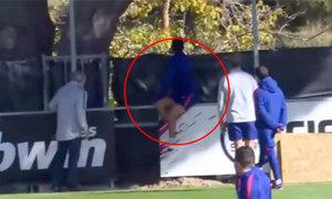 Diego Costa 'ngứa chân' đá bóng ra ngoài sân tập