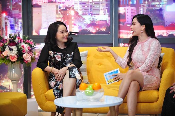 Đạo diễn - diễn viên Phi Nga (trái) và MC Anh Thơ chia sẻ về những trải nghiệm khi sinh con.
