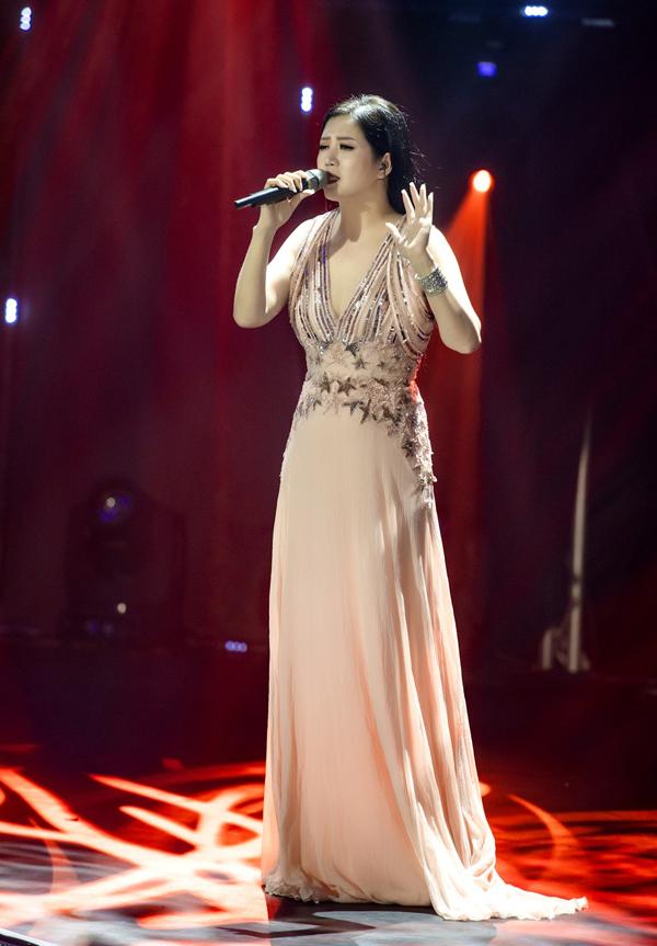 Ca sĩ Đinh HIền Anh làm khách mời trong đêm nhạc với hai ca khúc Tháng một, Phút yêu xưa.