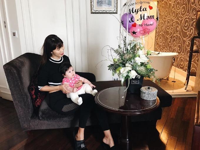 Con gái Hà Anh được bạn bè của mẹ chào đón nhiệt tình khi ra Hà Nội.