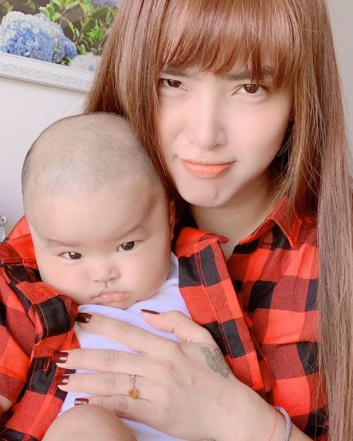 Con trai Hải Băng làm mặt ngầu khi chụp hình cùng mẹ.
