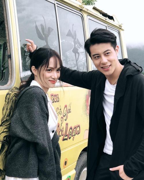 Hoa hậu chuyển giới Hương Giang xinh đẹp pose hình cùng bạn diễn trong MV mới.