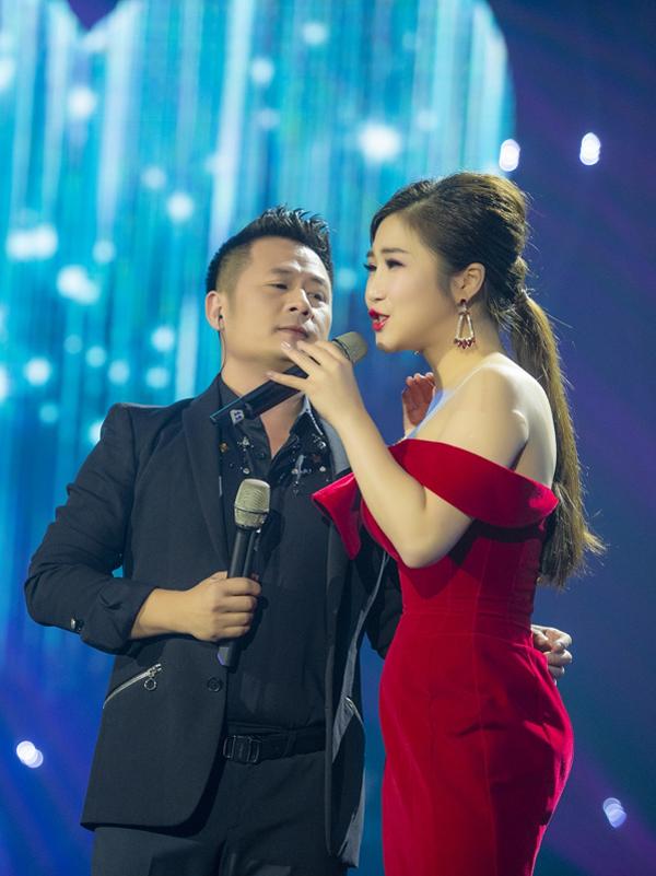 Đáp lại tình cảm của đàn em, Bằng Kiều không ngần ngại vòng tay ôm eo Hương Tràm một cách tình tứ. Anh còn khen cô là một trong những nữ ca sĩ trẻ có giọng hát tốt.