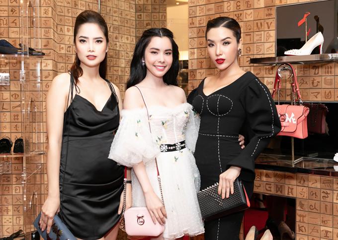 Hoa hậu Huỳnh Vy (giữa) điệu đà với váy trễ vai, chụp ảnh cùng Khánh Phương và một cô bạn.