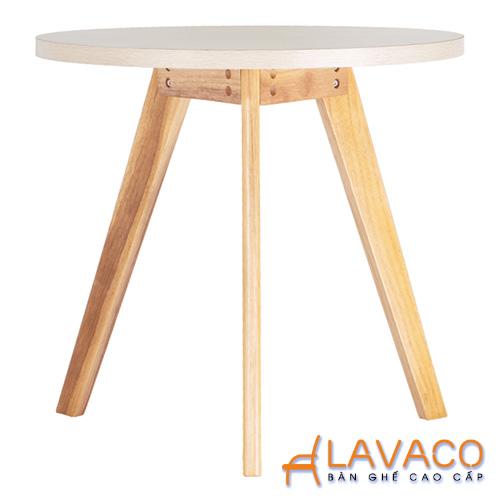 Bàn ăn Lavaco 1,11 triệu đồng: Bàn ăn, bàn cafe tròn 3 chân bằng gỗ  Mã: T101 là một sản phẩm nhập khẩu được phân phối bởi Lavaco với kiểu dáng hiện đại, thiết kế cứng cáp được ứng dụng rộng rãi làm bàn cafe, bàn ăn& Kích thước 60x68 cm, mặt gỗ MDF phủ nhựa PVC, chân gỗ. Bàn hiện được bán với giá giảm 33%, chỉ còn 1,11 triệu đồng (giá ban đầu 1,65 triệu đồng). Thương hiệu Lavaco còn giảm giá nhiều sản phẩm bàn, ghế, nội thất phòng bếp khác với giá ưu đãi, xem chi tiết tại đây.