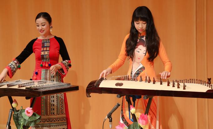 Cô bé thử chơi một nhạc cụ dân tộc trên sân khấu. Ngọc Lan Vy chia sẻ, ước mơ của em là muốn trở thành một nghệ sĩ đa năng trong tương lai.