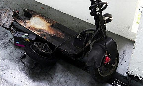 Chiếc scooter bị cháy đen sau vụ nổ.