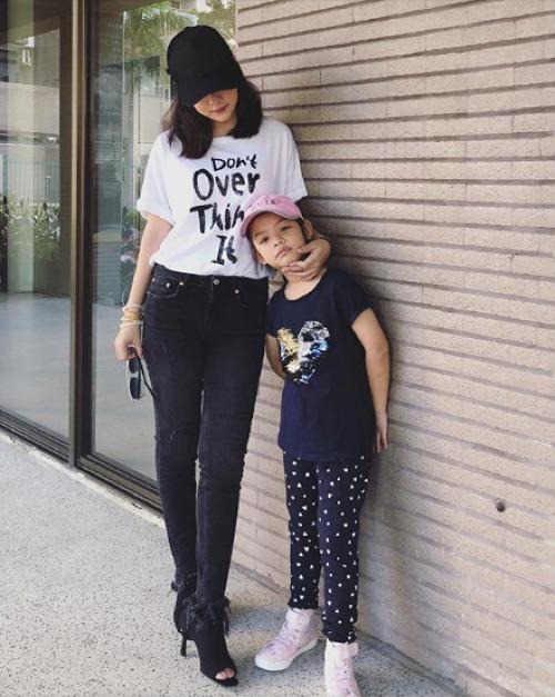 Phạm Quỳnh Anh chia sẻ khoảnh khắc bình yên bên con gái.