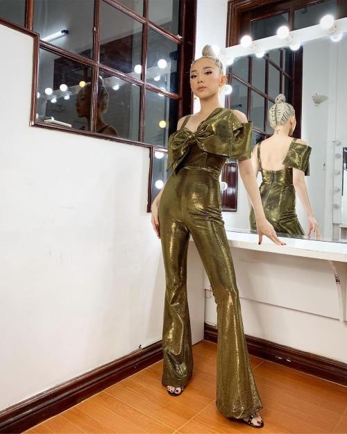 Tóc Tiên diện nguyên cây đồ màu vàng từ đầu đến chân. Siêu nhân biến hình tí thôi, nữ ca sĩ bình luận vè bức ảnh.