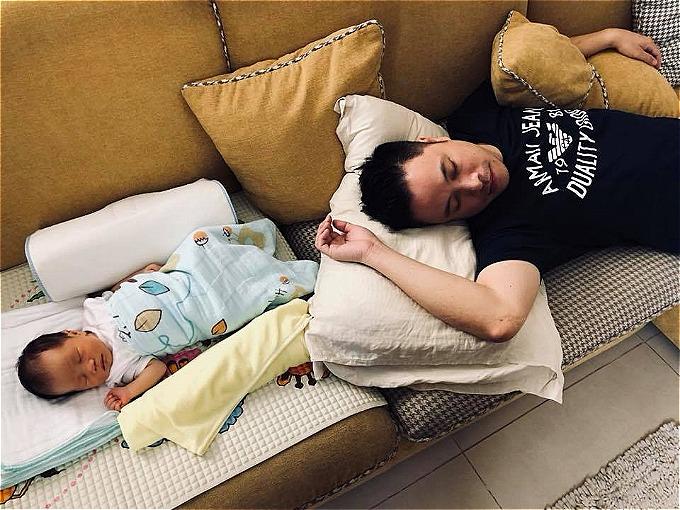 Đinh Ngọc Diệp - Victor Vũ lần đầu khoe ảnh quý tử sau một tuần sinh con. Hai cha con có dáng ngủ y hệt nhau.