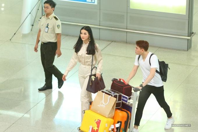 Chiều 11/11, Hoa hậu Trái đất 2018 Nguyễn Phương Khánh đáp chuyến bay từ Philippines trở về Việt Nam. Cô diện trang phục đơn giản, được trợ lý phụ giúp đẩy hành lý.