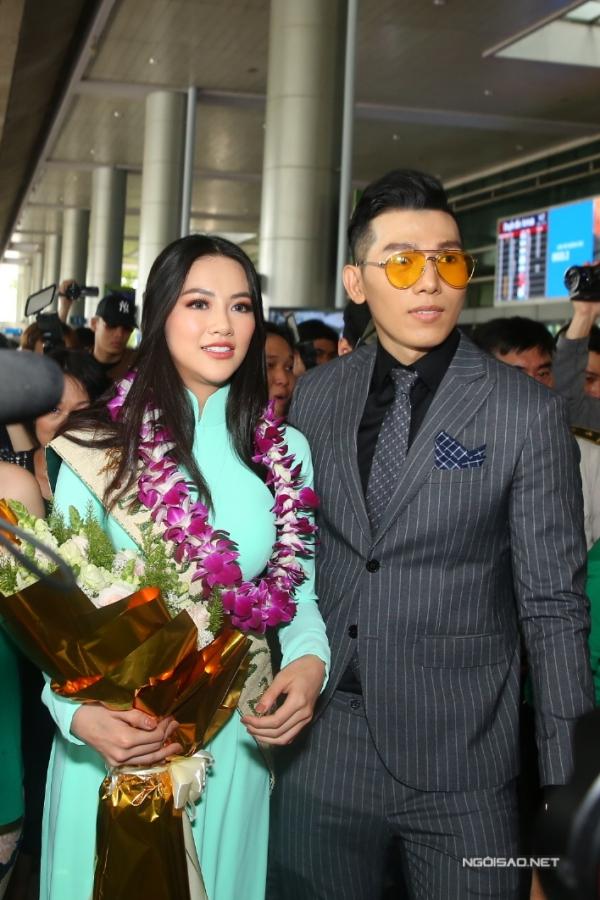 Siêu mẫu Ngọc Tình đại diện đơn vị giữ bản quyền Miss Earth tại Việt Nam ra sân bay đón Phương Khánh.