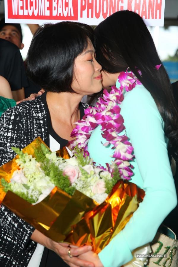 Mẹ Phương Khánh không giấu được sự xúc động và liên tục ôm con gái.