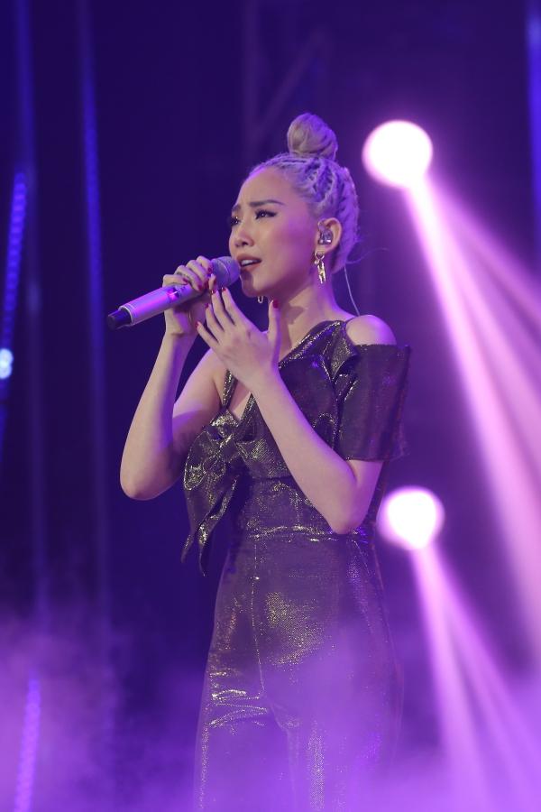 Tóc Tiên được khán giả cổ vũ nhiệt tình trong màn biểu diễn ca khúc Có ai thương em như anh.