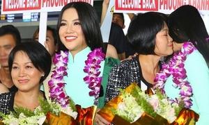 Miss Earth Phương Khánh ôm chầm mẹ khi vừa về Việt Nam
