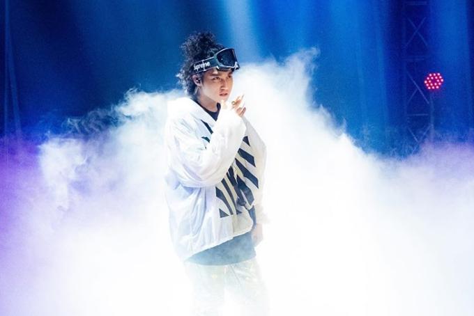 Sơn Tùng tâm sự đây cũng là lần đầu tiện trong gần mộtnăm anh trởlại trên sóng trực tiếp truyền hình, đồng thờiăn mừng thêm MV Chạy ngay đichạm mốc 100 triệu vlượt xemsau 6 tháng phát hành.