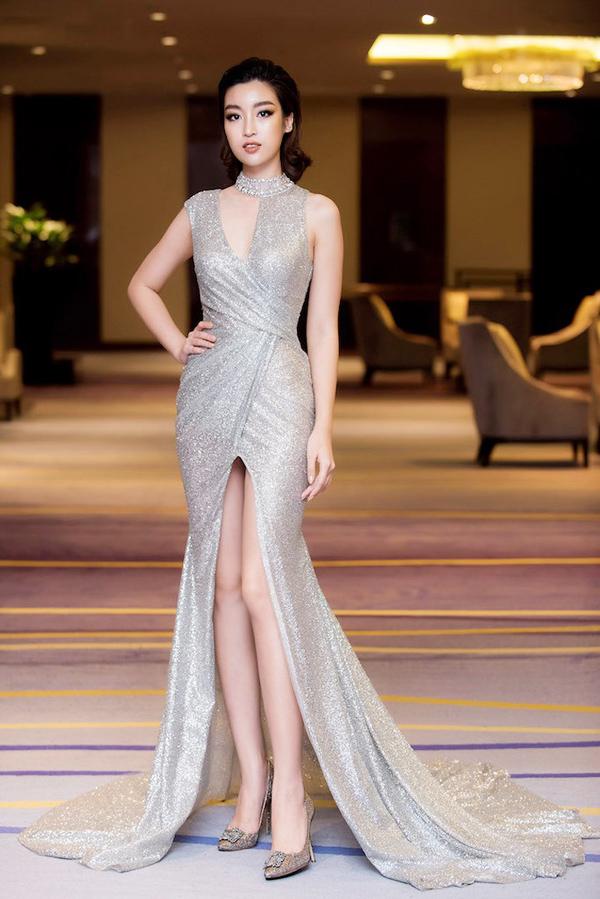 Tham dự sự kiện hôm 6/11 ở Hà Nội, Hoa hậu Đỗ Mỹ Linh gây bất ngờ khi chọn phong cách gợi cảm với bộ đầm ánh bạc cắt xẻ sexy của Đỗ Long.