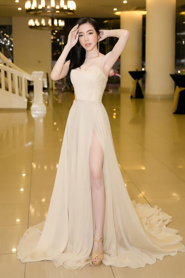 Elly Trần cũng diện váy xẻ cao khoe chân thon cùng làn da trắng mịn.