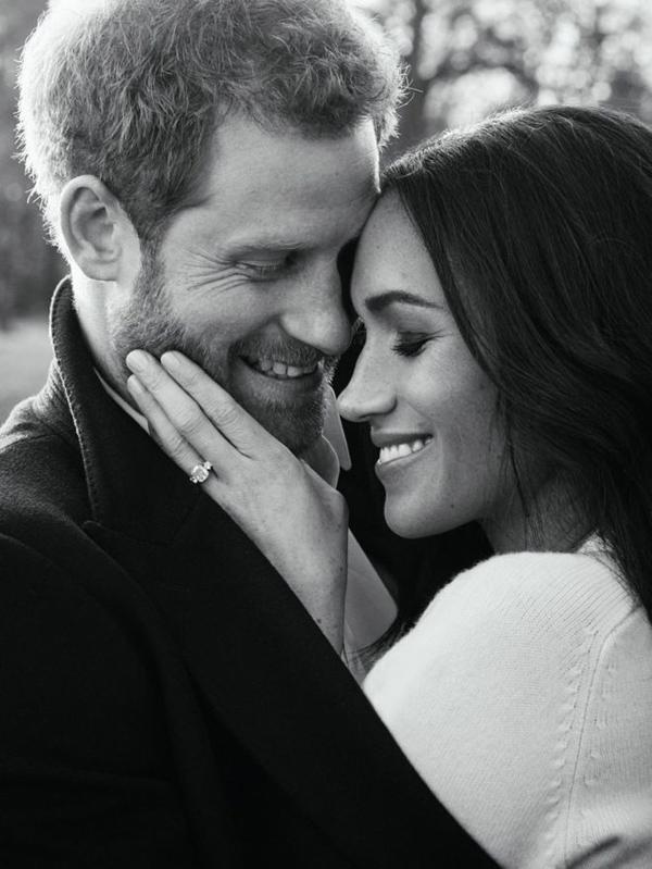 Meghan mặc áo len cashmere của Vic trong bức ảnh đính hôn được công bố vào tháng 12/2017.