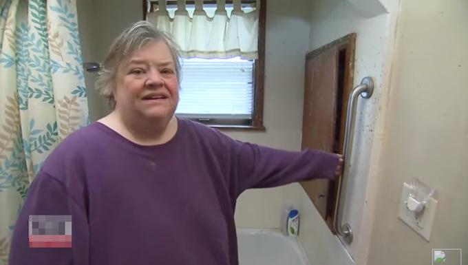 Bà Gibson (54 tuổi) ở Michigan, Mỹ kể lại sự việc bị mắt kẹt trong bồn tắm 5 ngày tại nhà riêng. Ảnh: Inside Edition.