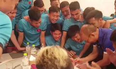 Tuyển thủ Việt Nam chơi đùa với thầy Park trước trận gặp Lào