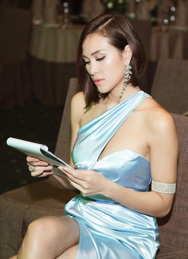 MC Phương Mai đọ dáng với Đỗ Mỹ Linh tại event - 5
