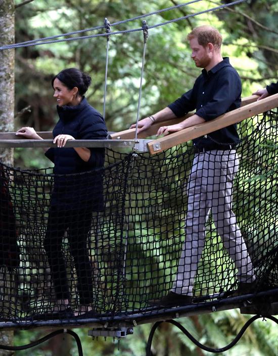 Vợ chồng Meghan - Harry trong chuyến thăm rừng ở New Zealand hồi cuối tháng 10. Ảnh: AP.