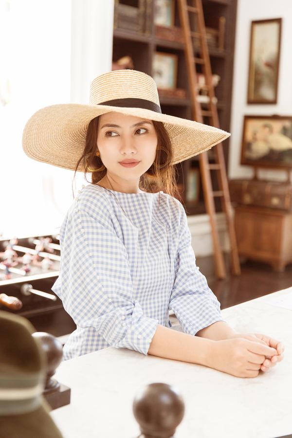 Khi diện các mẫu váy tôn vẻ đẹp gợi cảm, Ngọc Lan chọn mũ rộng vành với nhiều chất liệu và kiểu dáng để hoàn thiện set đồ.