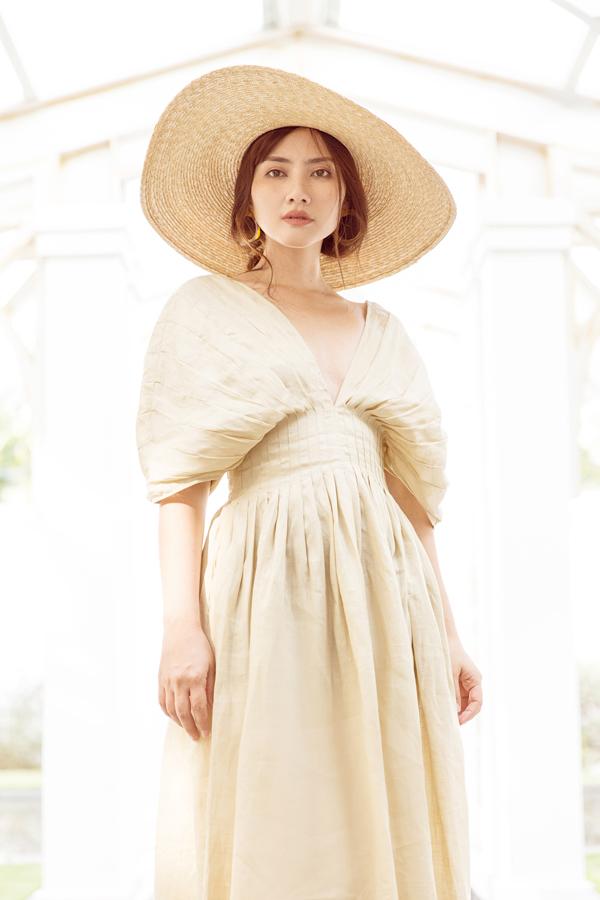 Mẫu váy xẻ cổ chữ V ấn tượng được các mỹ nhân showbiz Việt ưa chuộng cũng được bà mẹ một con lựa chọn sử dụng.