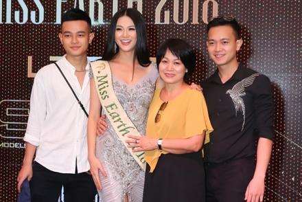 Miss Earth Phương Khánh lần đầu khoe mẹ và anh em trai