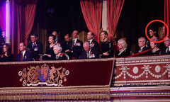 Vợ chồng Meghan ngồi cách biệt Nữ hoàng trong nhà hát