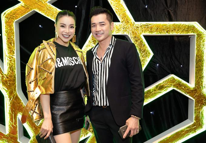 Nghệ sĩ Quang Minh trông phong độ, trẻ trung ở tuổi trung niên. Anh khen Trà Ngọc Hằng xinh đẹp và mặc đồ rất chất.