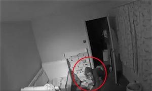 Ngồi quán rượu xem camera, bố thấy trộm bò vào phòng con
