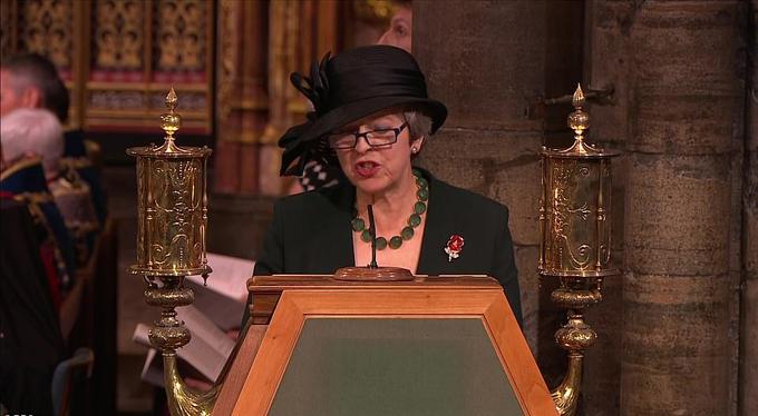 Thủ tướng Anh Theresa May cũng có mặt tại buổi lễ bắt đầu từ 18h tối qua. Bà May đọc diễn văn tưởng niệm những binh lính Anh tử trận.